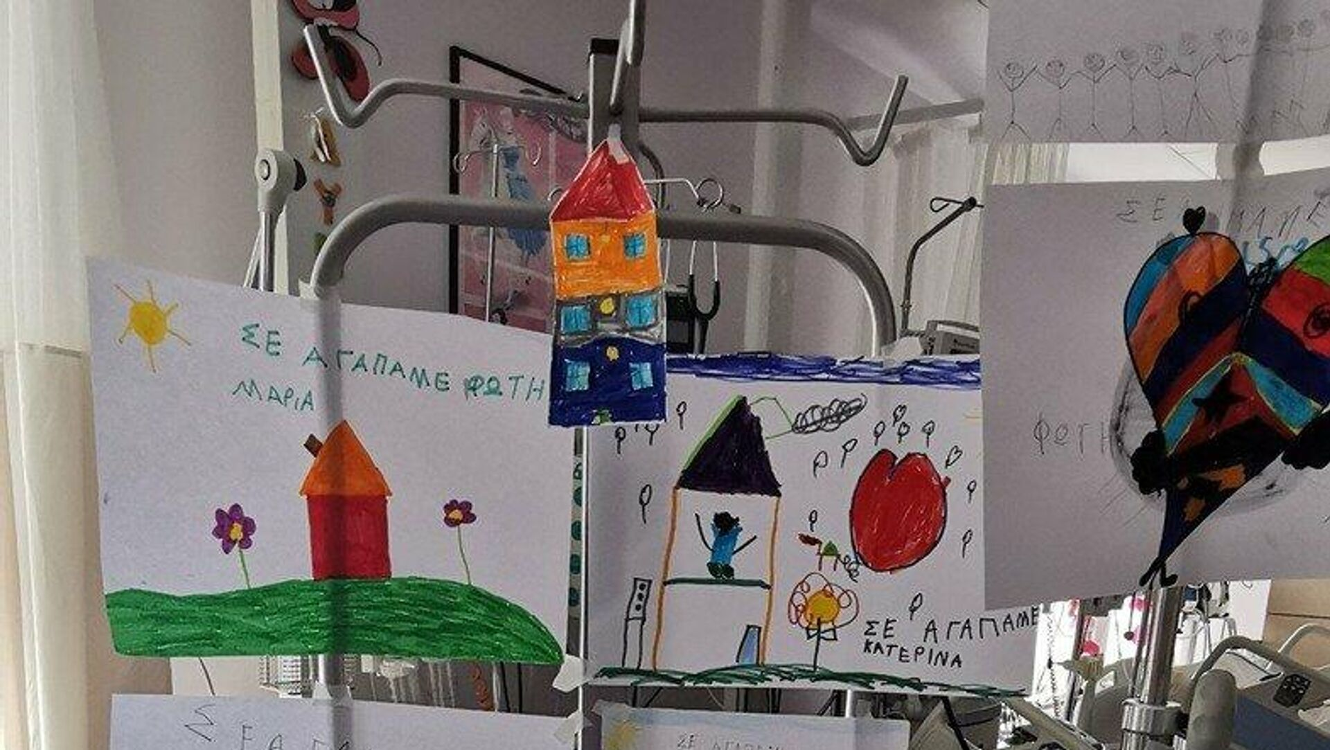 Γέμισε ζωγραφιές η ΜΕΘ για τον 6χρονο που τραυματίστηκε σε αγώνα καρτ - Sputnik Ελλάδα, 1920, 23.09.2021