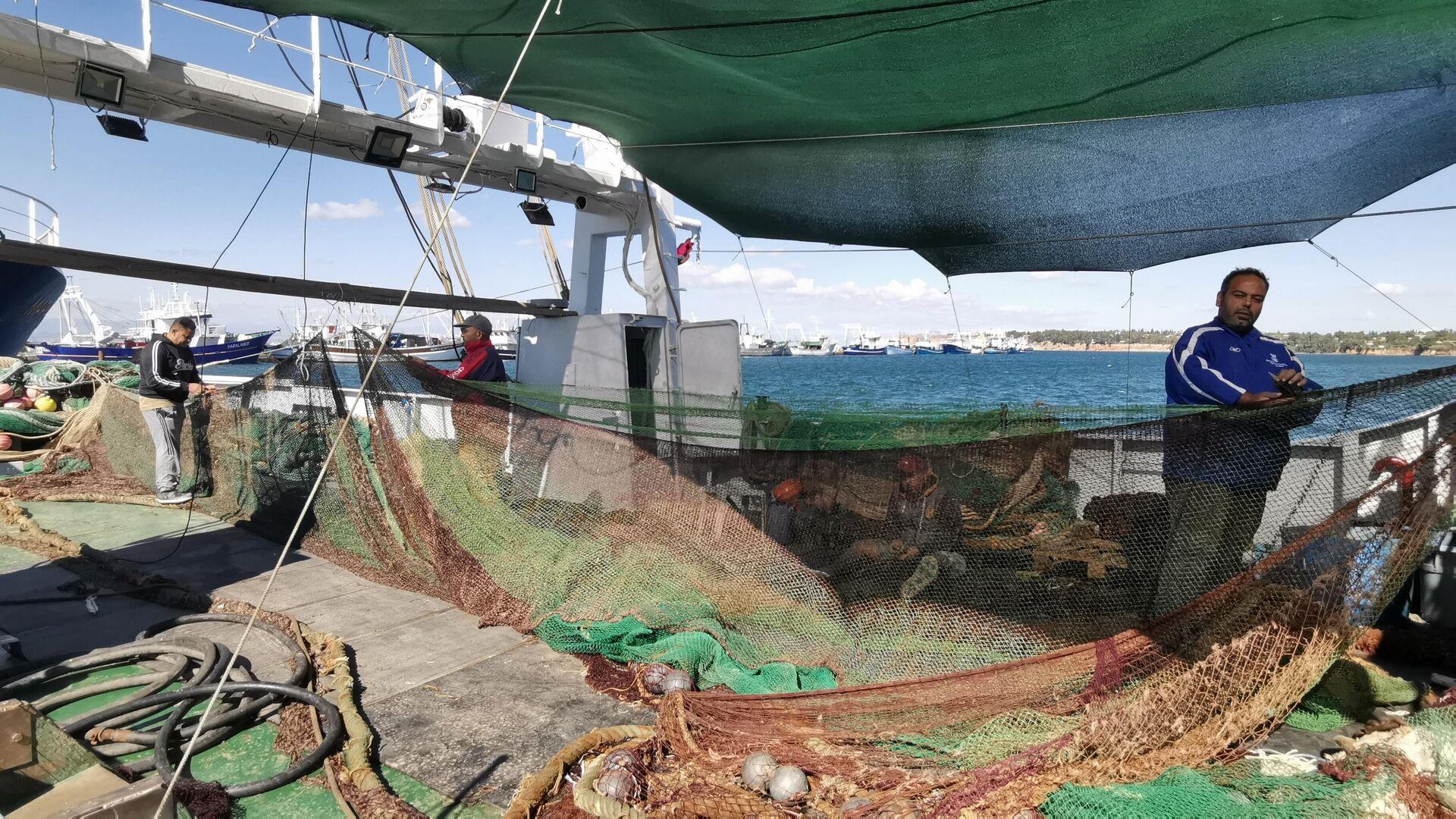 Αιγύπτιοι αλιεργάτες ράβουν δίχτυα σε μηχανότρατα στη Νέα Μηχανιώνα - Sputnik Ελλάδα, 1920, 25.09.2021