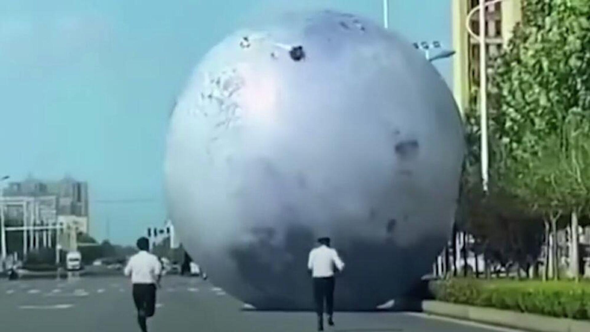 Άντρες κυνηγούν τεράστιο φουσκωτό φεγγάρι στην επαρχία Χενάν της Κίνας - Sputnik Ελλάδα, 1920, 25.09.2021