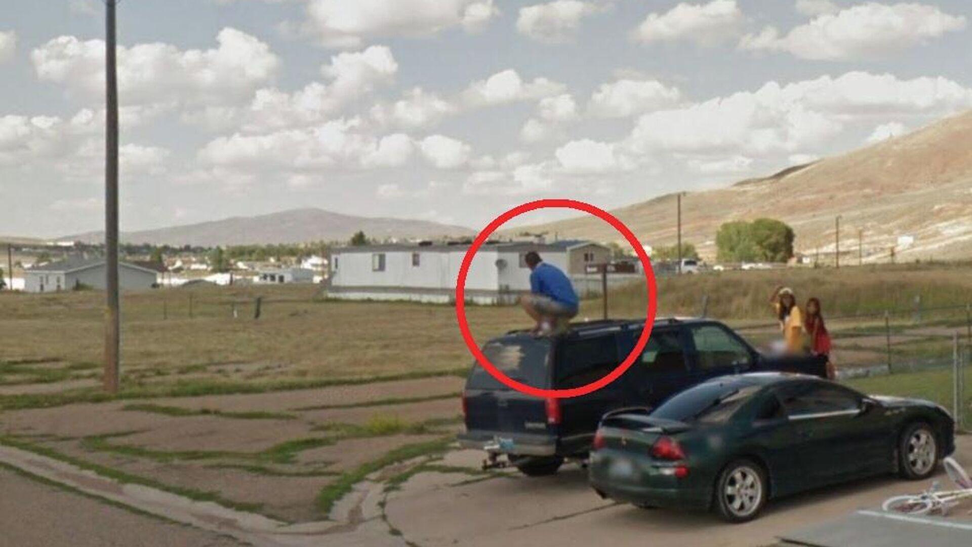 Google Maps: Άντρας μοιάζει να αφοδεύει επάνω στην οροφή τζιπ - Sputnik Ελλάδα, 1920, 26.09.2021