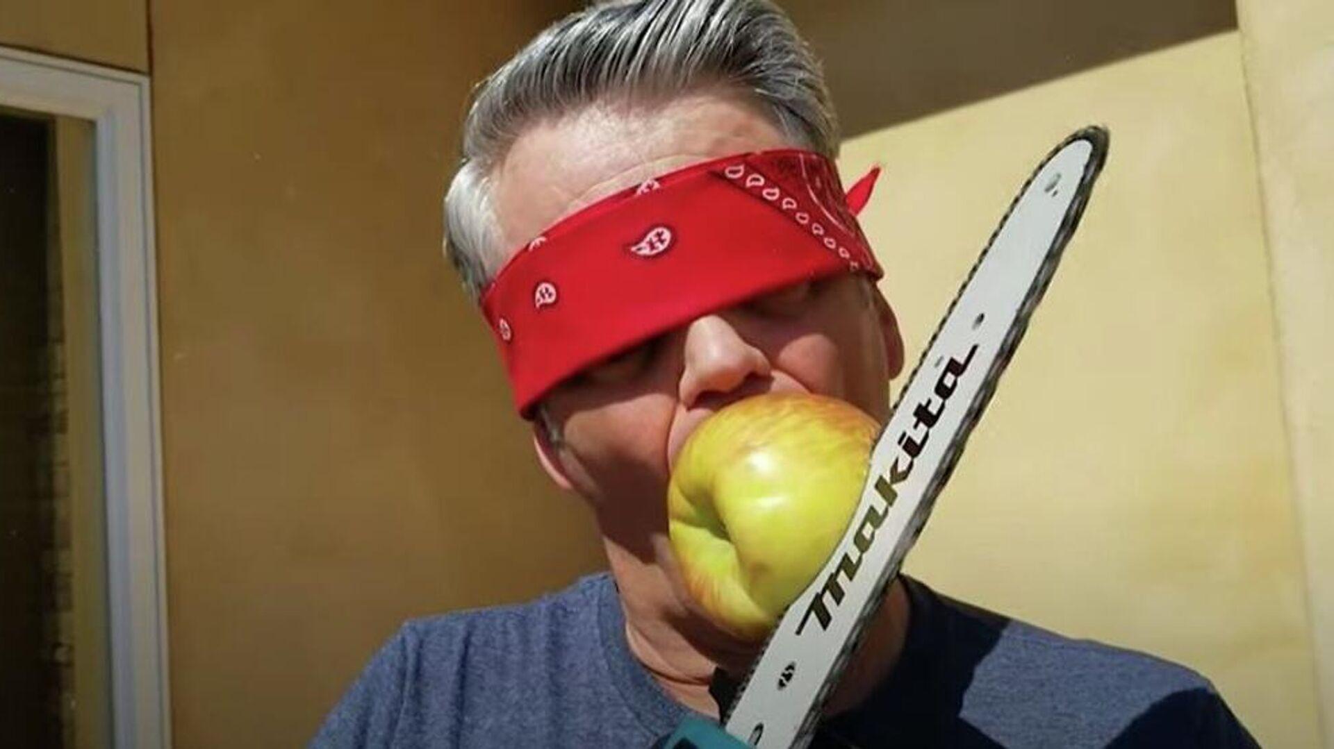 Άντρας κόβει μήλο με αλυσοπρίονο - Sputnik Ελλάδα, 1920, 26.09.2021