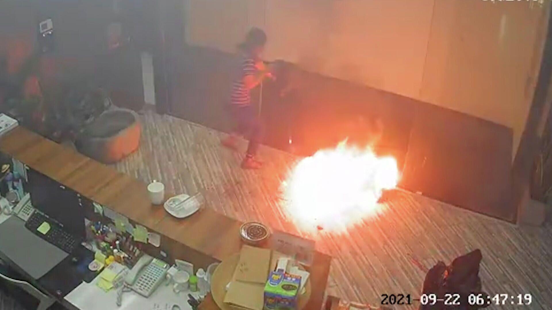 Μπαταρία ηλεκτρικού ποδήλατου εκρήγνυται δεκάδες φορές σε γραφείο στην Κίνα - Sputnik Ελλάδα, 1920, 28.09.2021