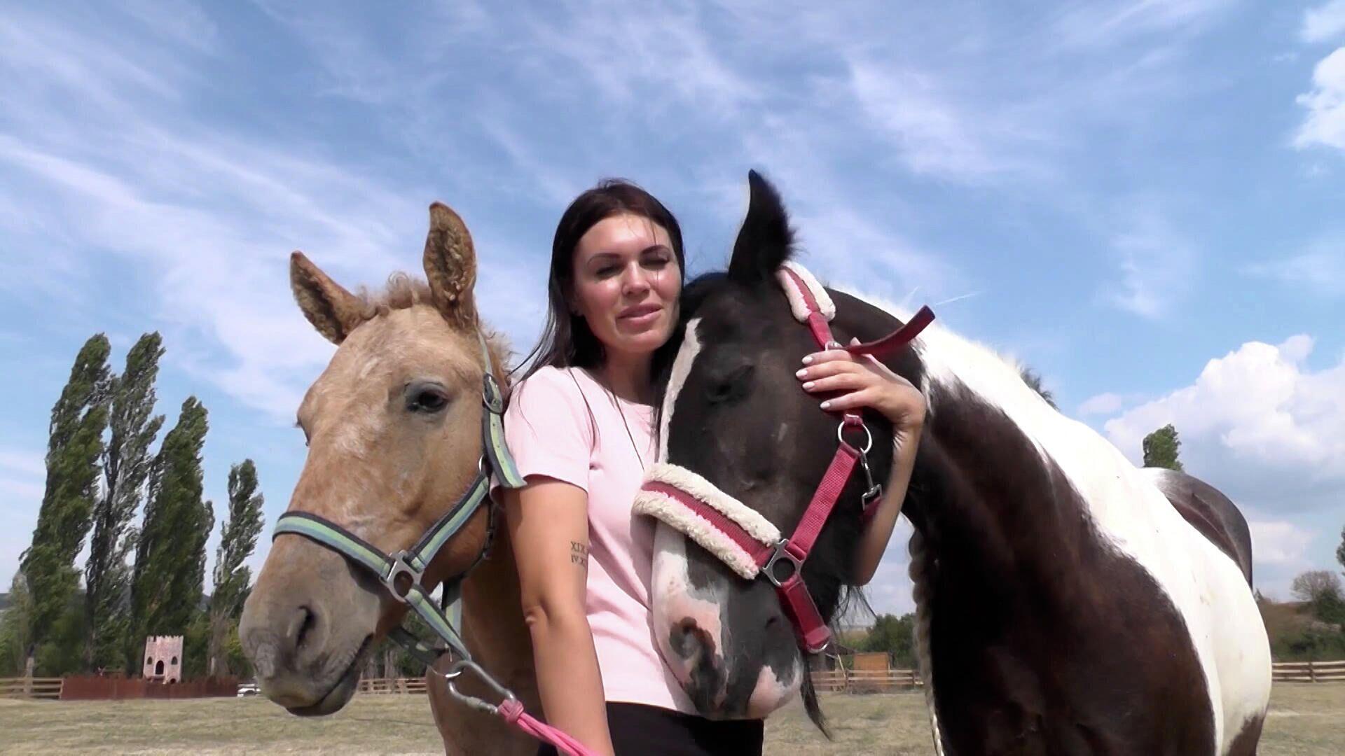 Νεαρή από τη Ρωσία άνοιξε ράντσο και διασώζει άλογα και καμήλες που προορίζονταν για σφαγή - Sputnik Ελλάδα, 1920, 28.09.2021