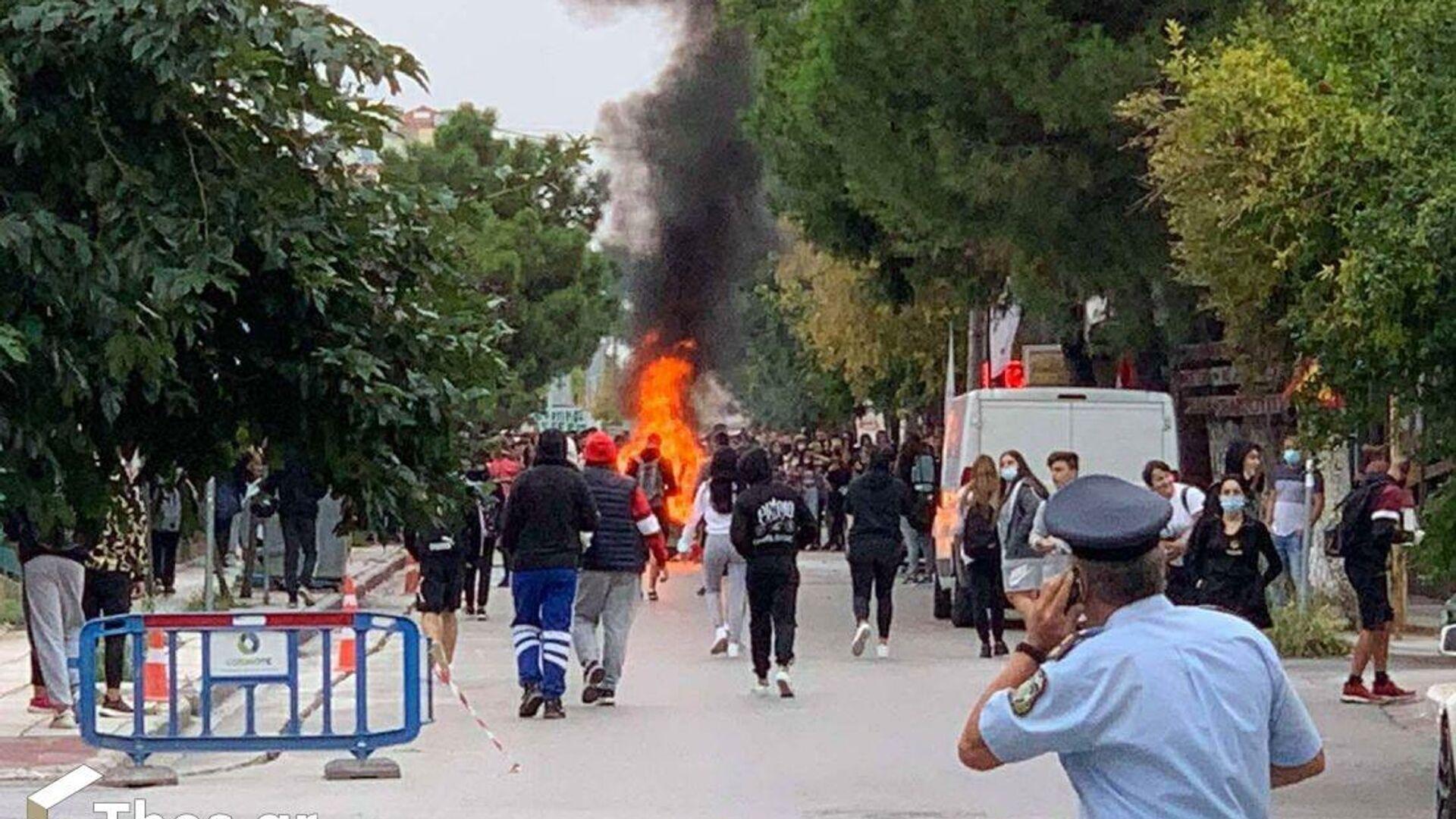 Φωτιές έξω από το ΕΠΑΛ Ευόσμου - Sputnik Ελλάδα, 1920, 01.10.2021