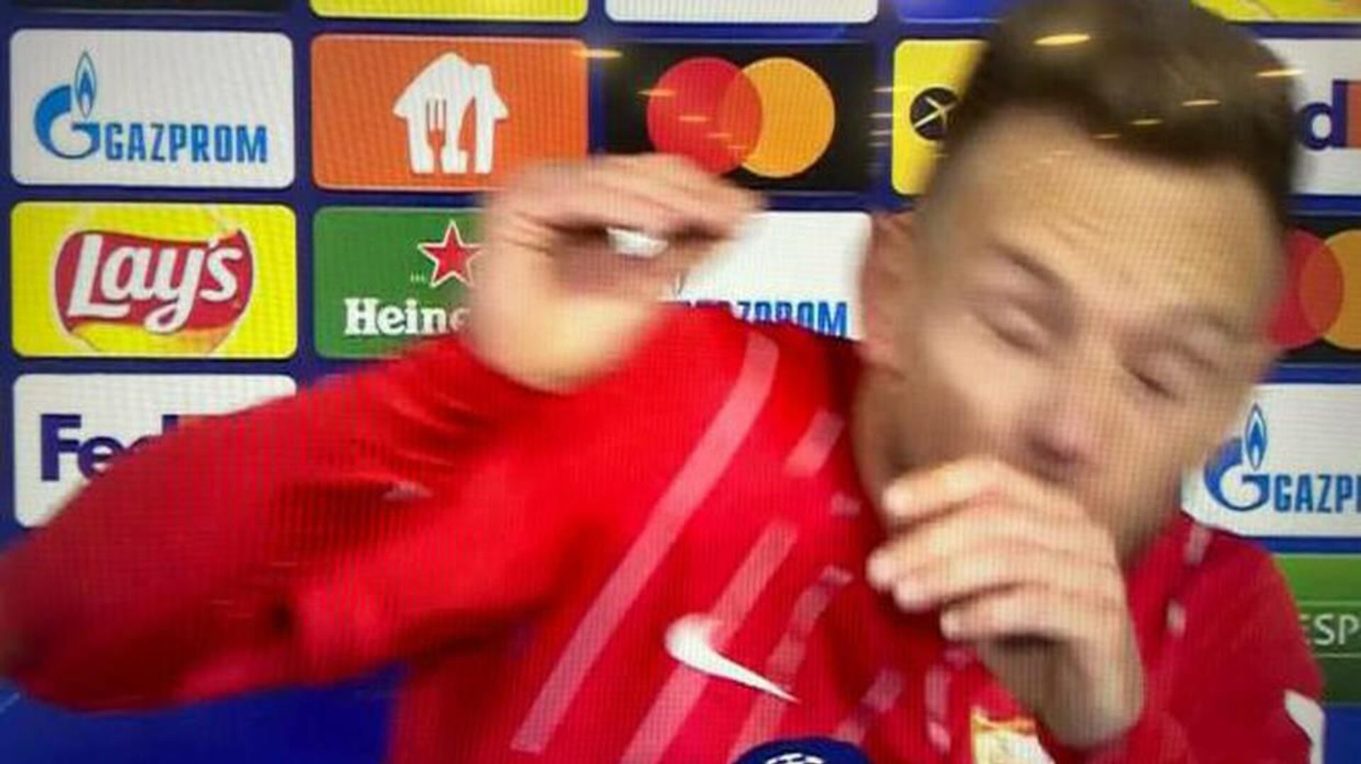 Παίκτης δέχεται μπύρα εν ώρα συνέντευξης - Sputnik Ελλάδα, 1920, 30.09.2021