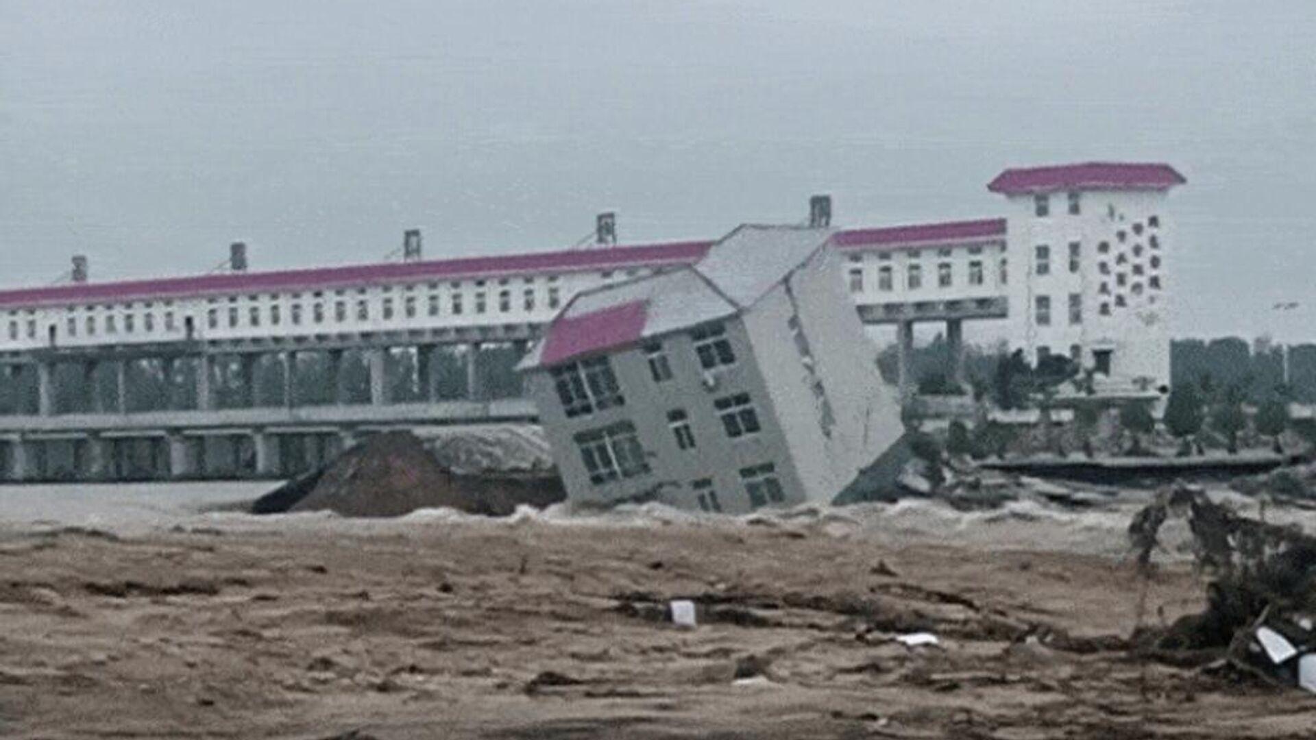 Τριώροφο κτίριο καταρρέει στο πλημμυρισμένο ποτάμι στην Κίνα - Sputnik Ελλάδα, 1920, 30.09.2021