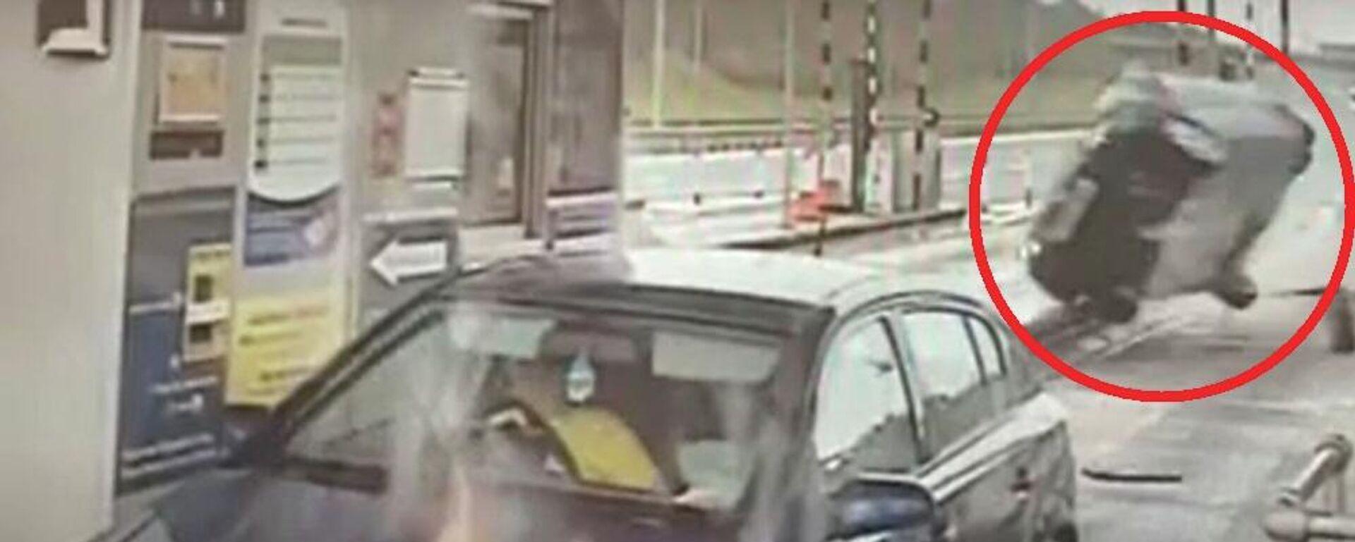 Η στιγμή που μαστουρωμένος οδηγός πέφτει επάνω σε αμάξι σταματημένο στα διόδια - Sputnik Ελλάδα, 1920, 01.10.2021