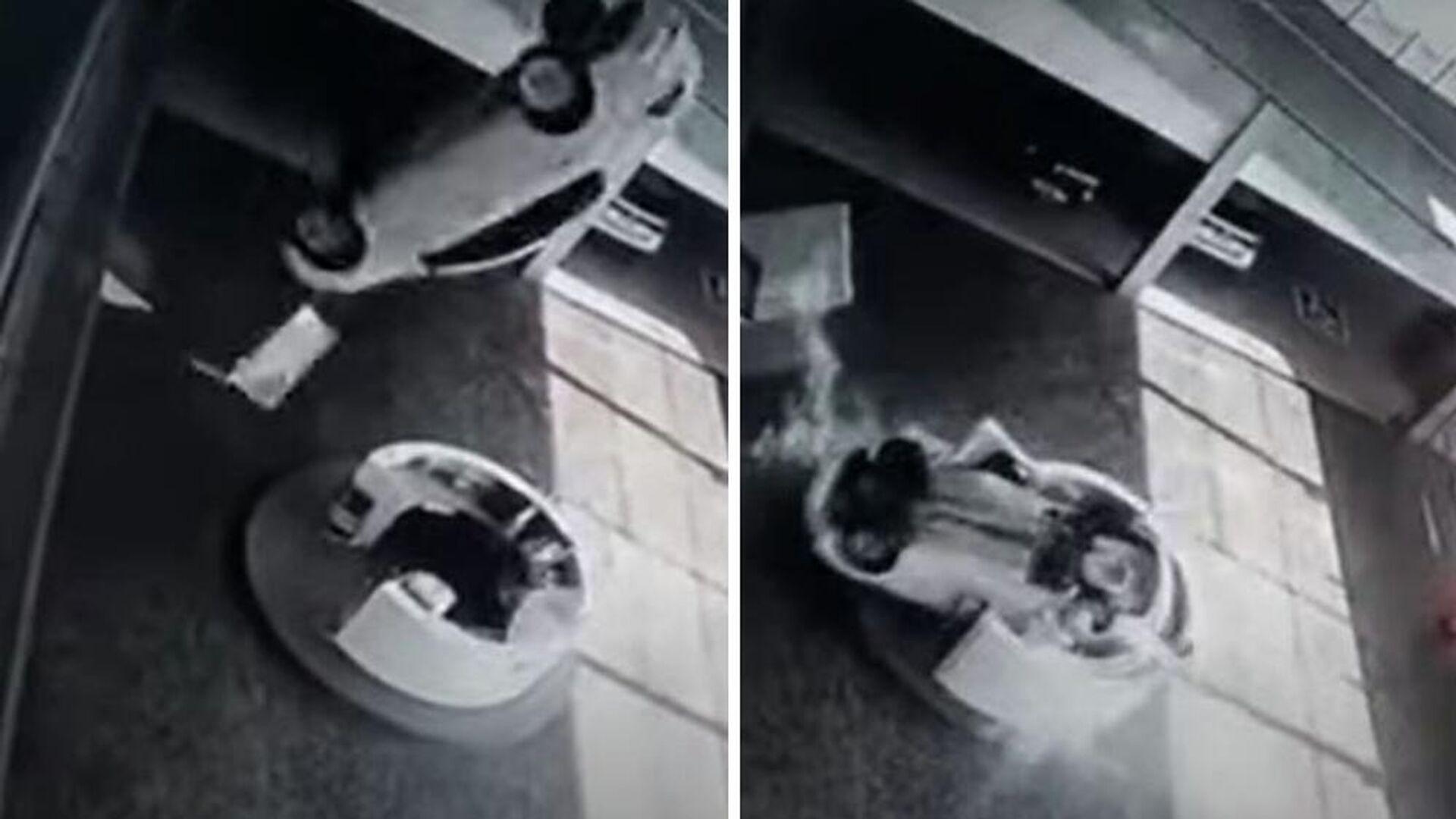 Αμάξι σε έκθεση αυτοκινήτου πέφτει από τον 2ο όροφο επάνω σε ρεσεψιονίστ - Sputnik Ελλάδα, 1920, 01.10.2021