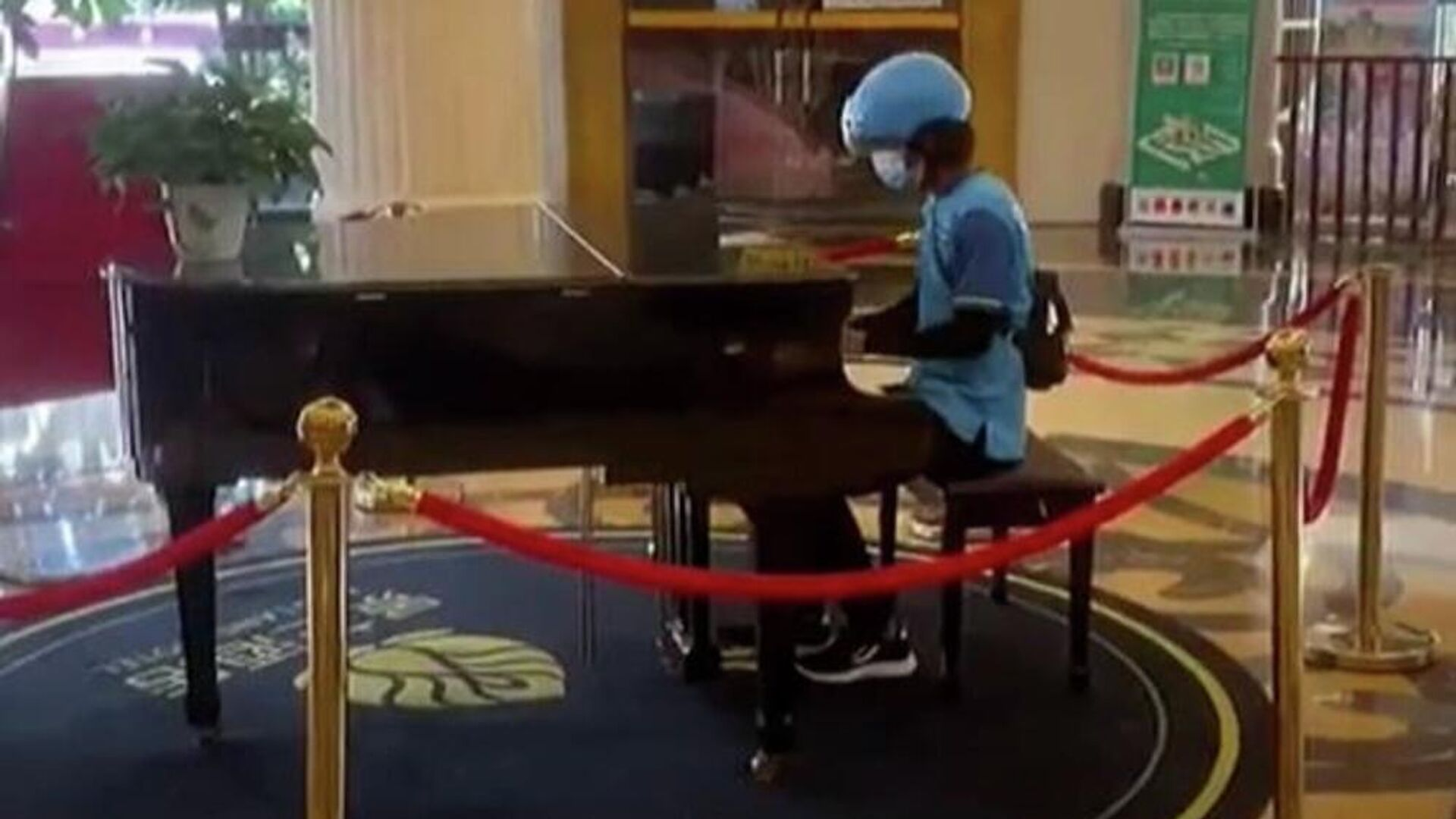 Ντελιβεράς παίζει πιάνο σε λόμπι ξενοδοχείου στην Κίνα - Sputnik Ελλάδα, 1920, 02.10.2021