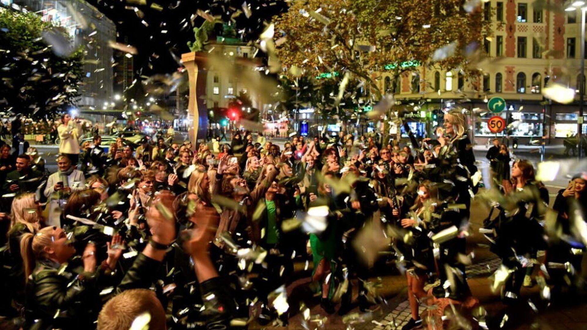 Οι άνθρωποι γιορτάζουν στο κέντρο της Στοκχόλμης το τέλος των περιορισμών για τον κορονοϊό που υιοθέτησε η σουηδική κυβέρνηση, 29 Σεπτεμβρίου 2021 - Sputnik Ελλάδα, 1920, 02.10.2021
