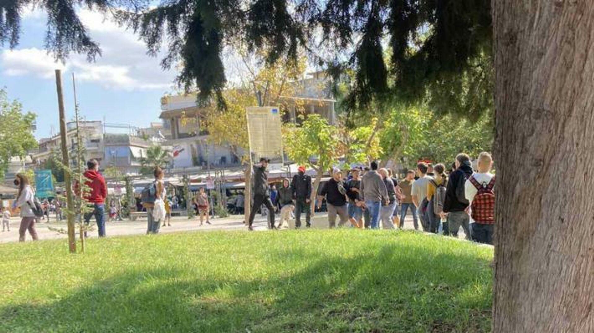 Η στιγμή που φασίστες επιτίθενται σε μέλη της ΚΝΕ στην Ηλιούπολη Θεσσαλονίκης - Sputnik Ελλάδα, 1920, 03.10.2021