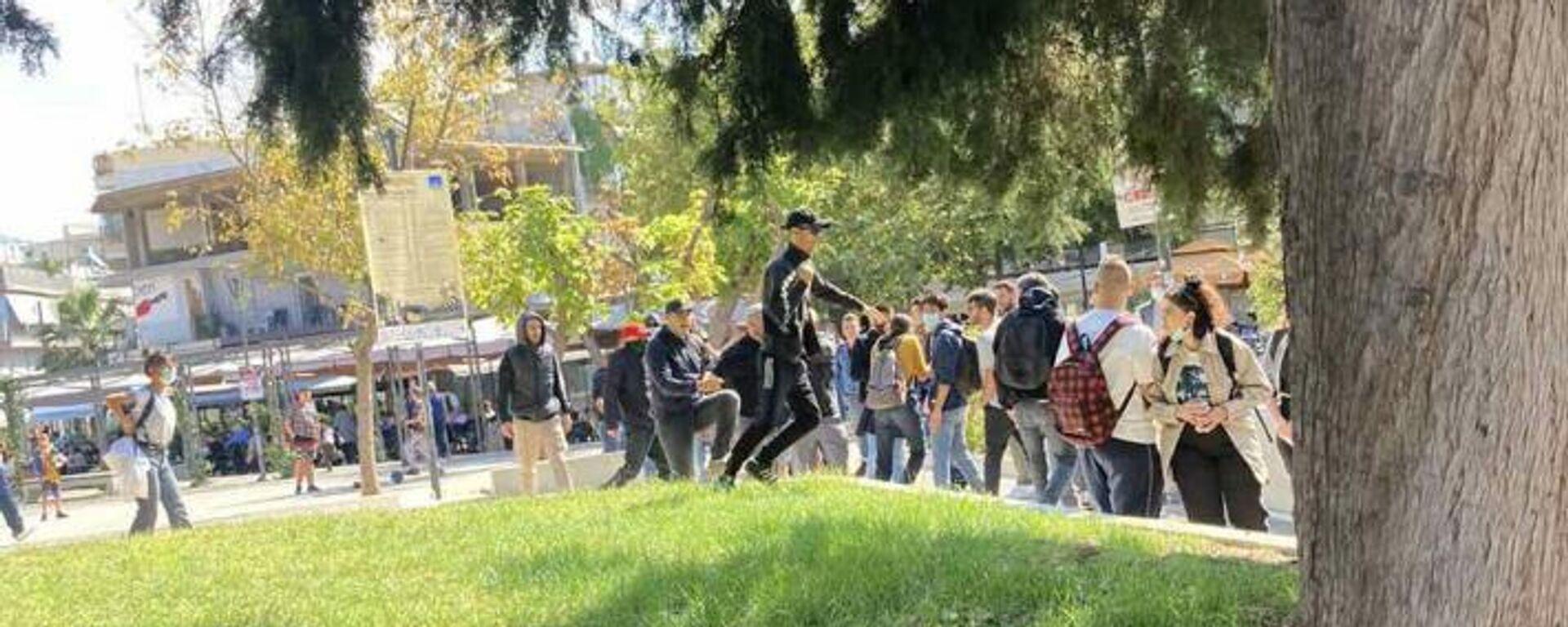 Η στιγμή που φασίστες επιτίθενται σε μέλη της ΚΝΕ στην Ηλιούπολη Θεσσαλονίκης - Sputnik Ελλάδα, 1920, 05.10.2021