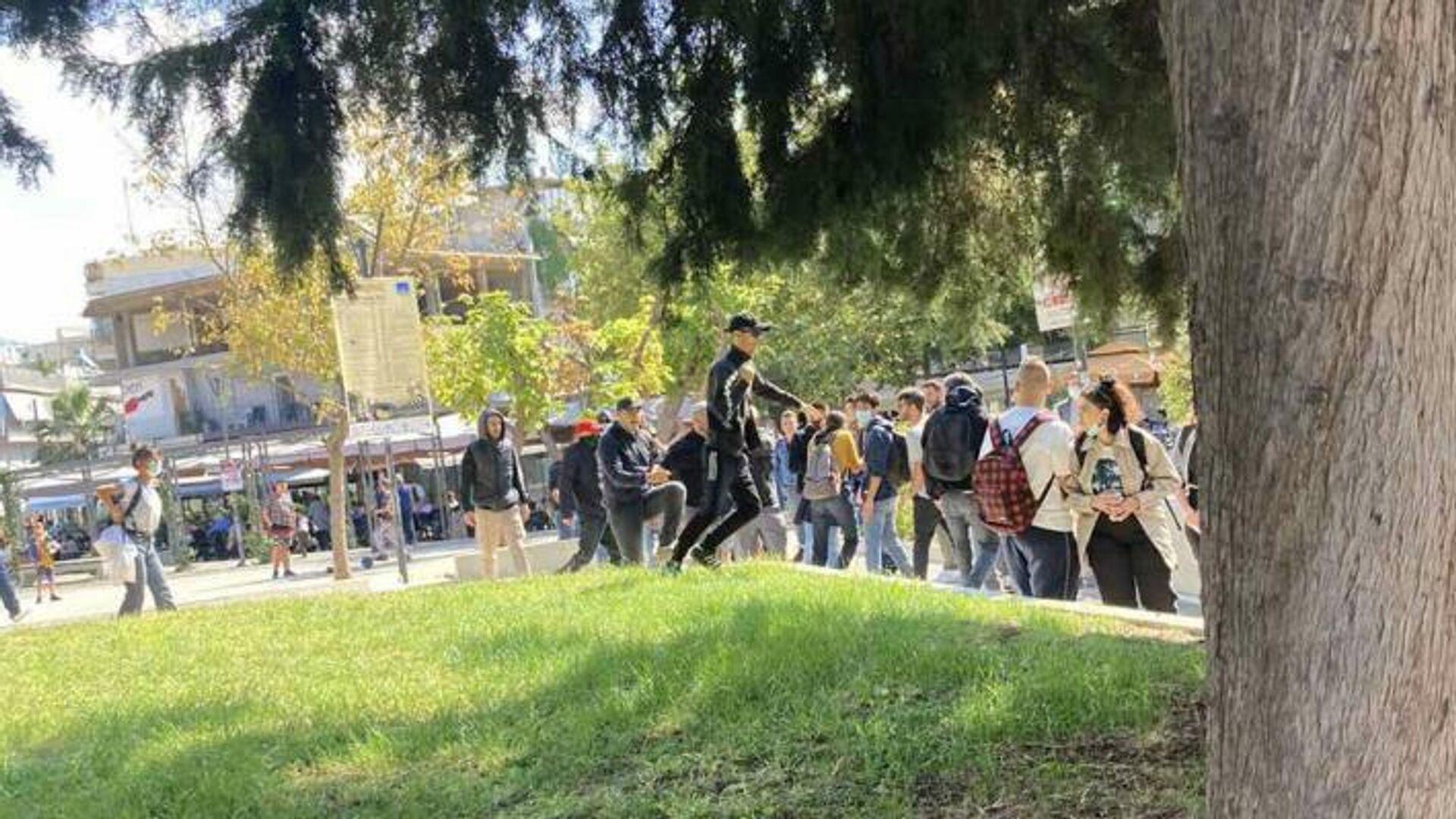 Η στιγμή που φασίστες επιτίθενται σε μέλη της ΚΝΕ στην Ηλιούπολη Θεσσαλονίκης - Sputnik Ελλάδα, 1920, 04.10.2021