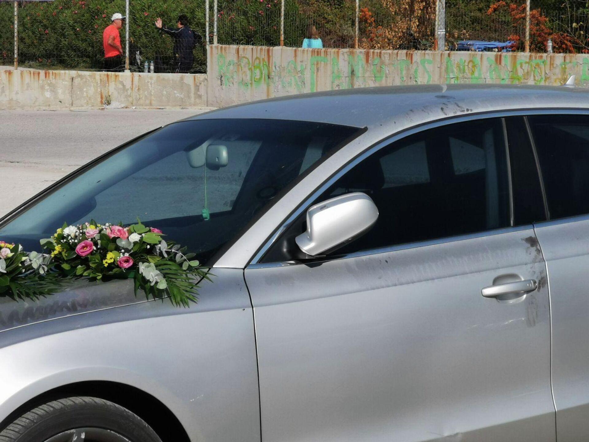 Λουλούδια στο αυτοκίνητο μέσα στο οποίο βρέθηκε νεκρός ο Νίκος Τσουμάνης - Sputnik Ελλάδα, 1920, 05.10.2021