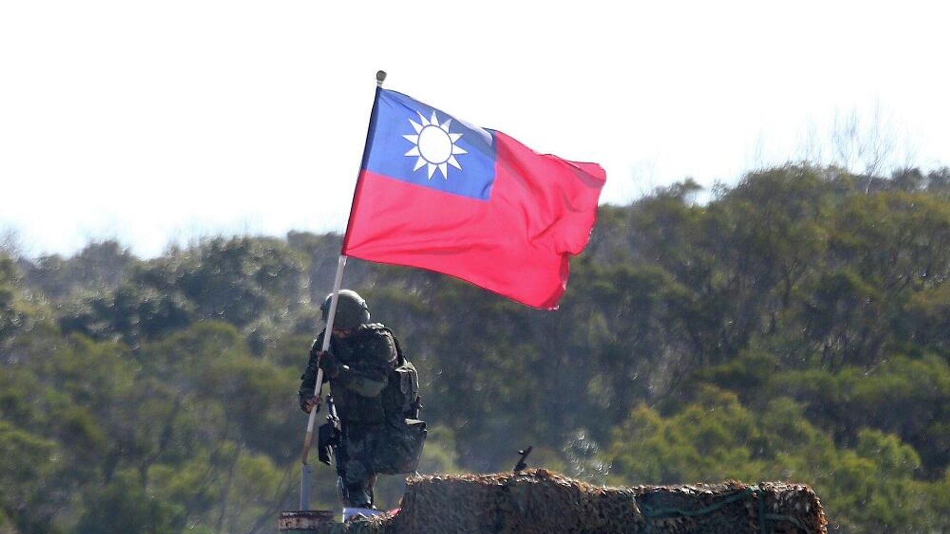 Στρατιώτης κρατάει τη σημαία της Ταϊβάν κατά τη διάρκεια στρατιωτικής άσκησης - Sputnik Ελλάδα, 1920, 06.10.2021