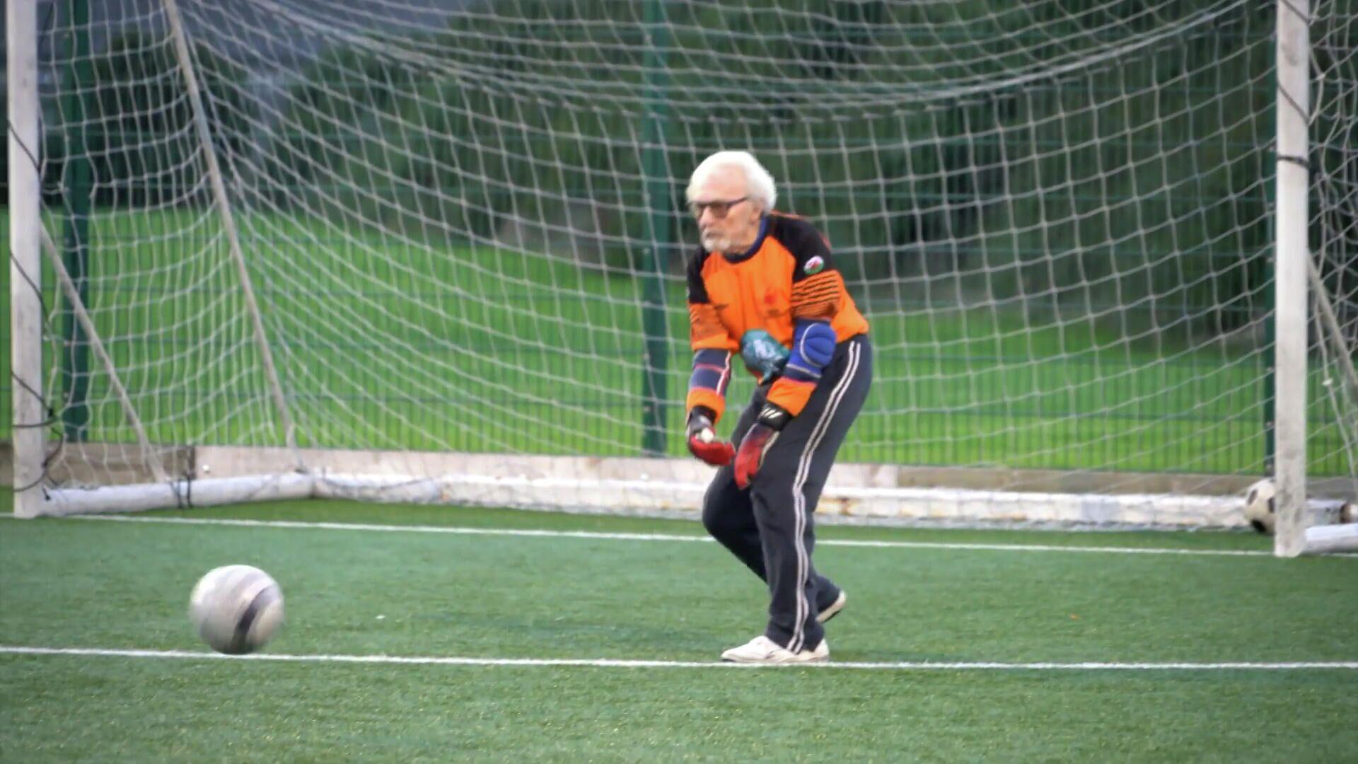 Ο γηραιότερος εν ενεργεία ποδοσφαιριστής είναι ένας 88χρονος παππούς τερματοφύλακας - Sputnik Ελλάδα, 1920, 06.10.2021