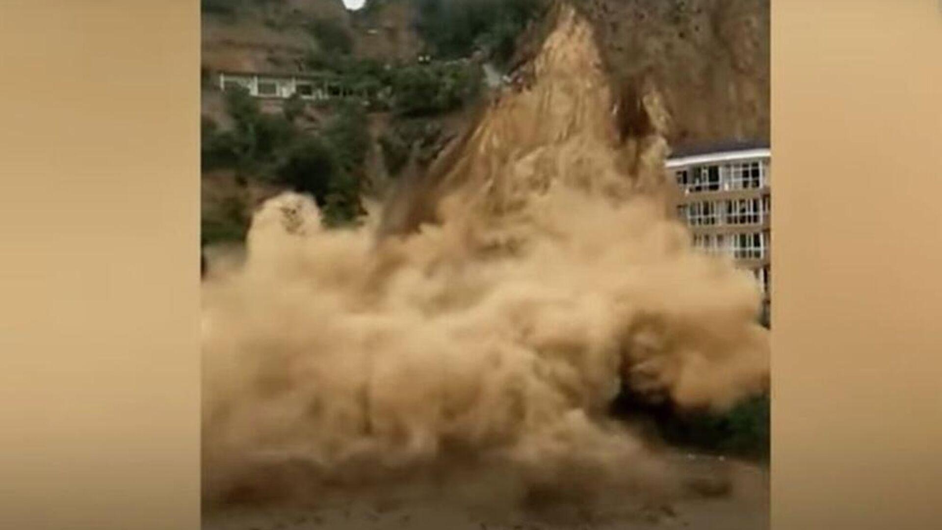 Η στιγμή που τεράστια κατολίσθηση παρασύρει βουνοπλαγιά στην Κίνα - Sputnik Ελλάδα, 1920, 06.10.2021
