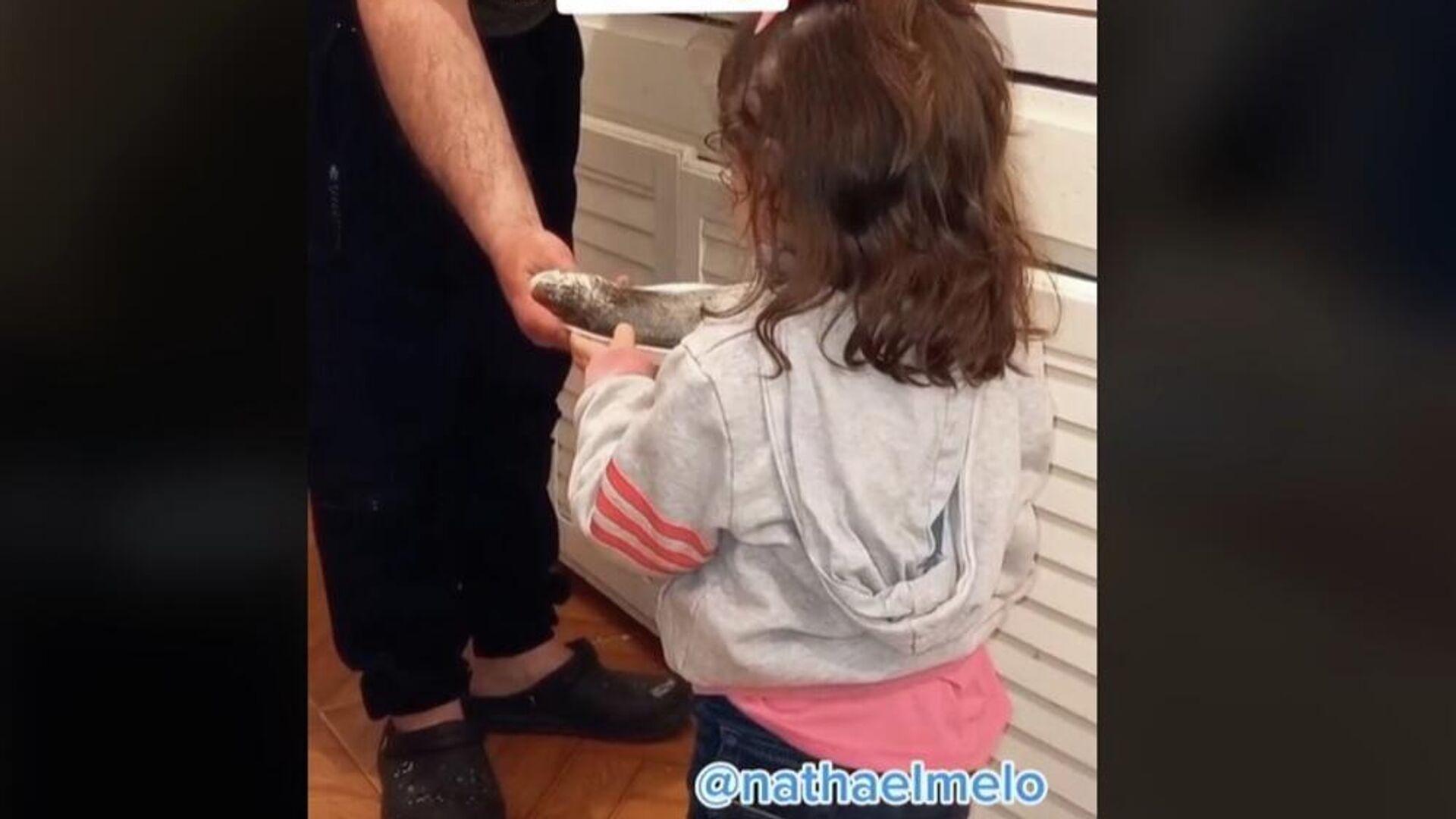 Κοριτσάκι ζητά από τον μπαμπά της ψάρι που είναι έτοιμο για το τηγάνι - Sputnik Ελλάδα, 1920, 07.10.2021