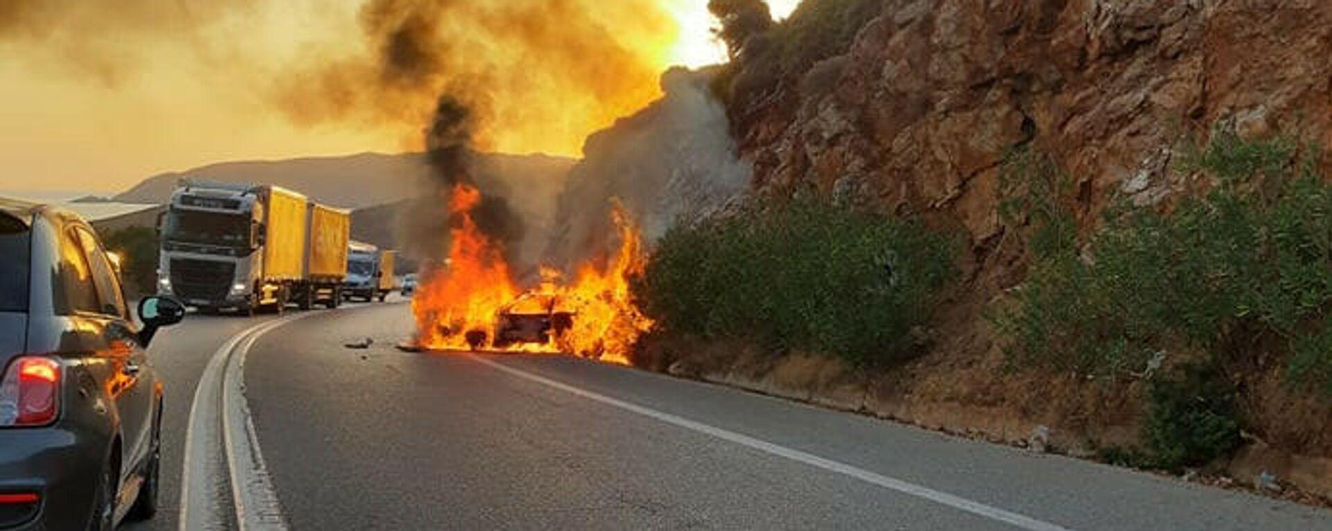 Κρήτη: Αυτοκίνητο τυλίχθηκε στις φλόγες στην Εθνική Οδό - Sputnik Ελλάδα, 1920, 08.10.2021