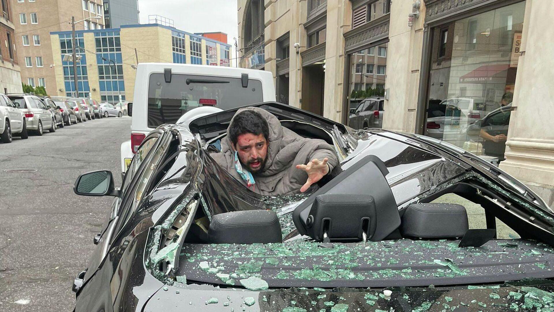 Άνδρας επιβίωσε αφού έπεσε από τον 9ο όροφο και προσγειώθηκε σε αυτοκίνητο - Sputnik Ελλάδα, 1920, 08.10.2021