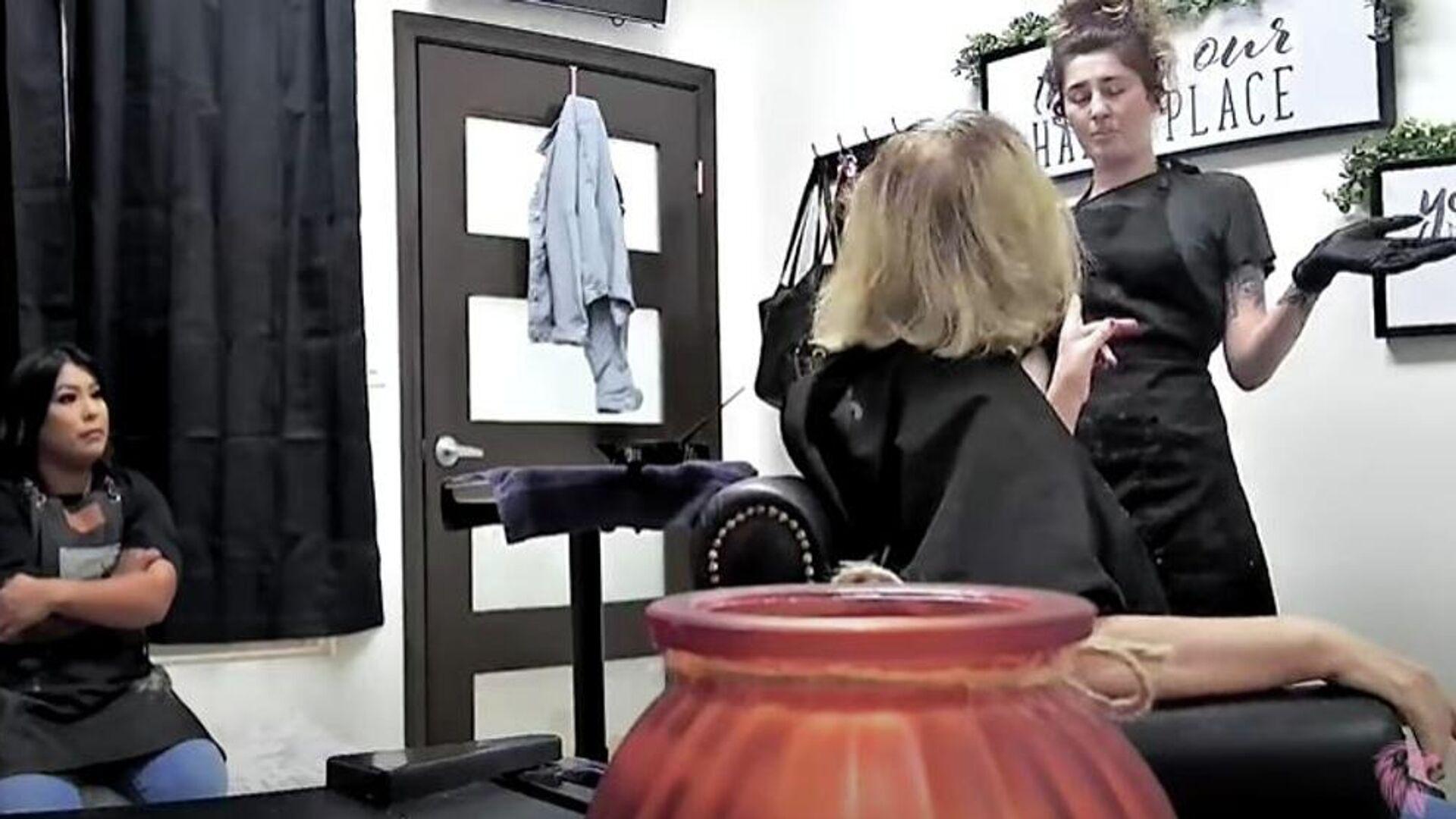 Ρατσίστρια πελάτισσα σε κομμωτήριο παίρνει το μάθημα που της αξίζει - Sputnik Ελλάδα, 1920, 10.10.2021