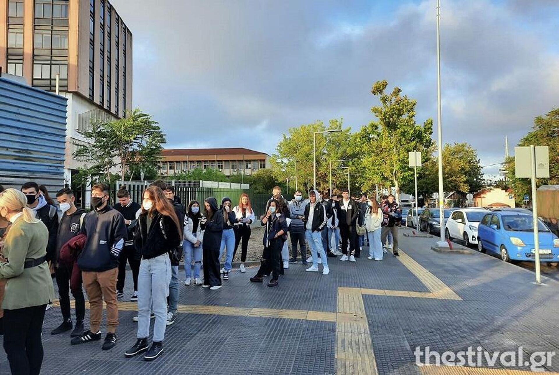 Θεσσαλονίκη: Ουρές σε ΑΠΘ και ΠΑΜΑΚ για την επιστροφή φοιτητών - Sputnik Ελλάδα, 1920, 11.10.2021