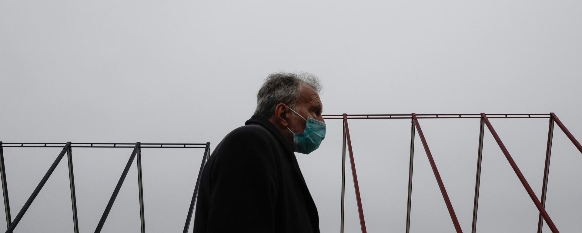 Άνδρας με μάσκα στη Θεσσαλονίκη - Sputnik Ελλάδα, 1920, 12.10.2021