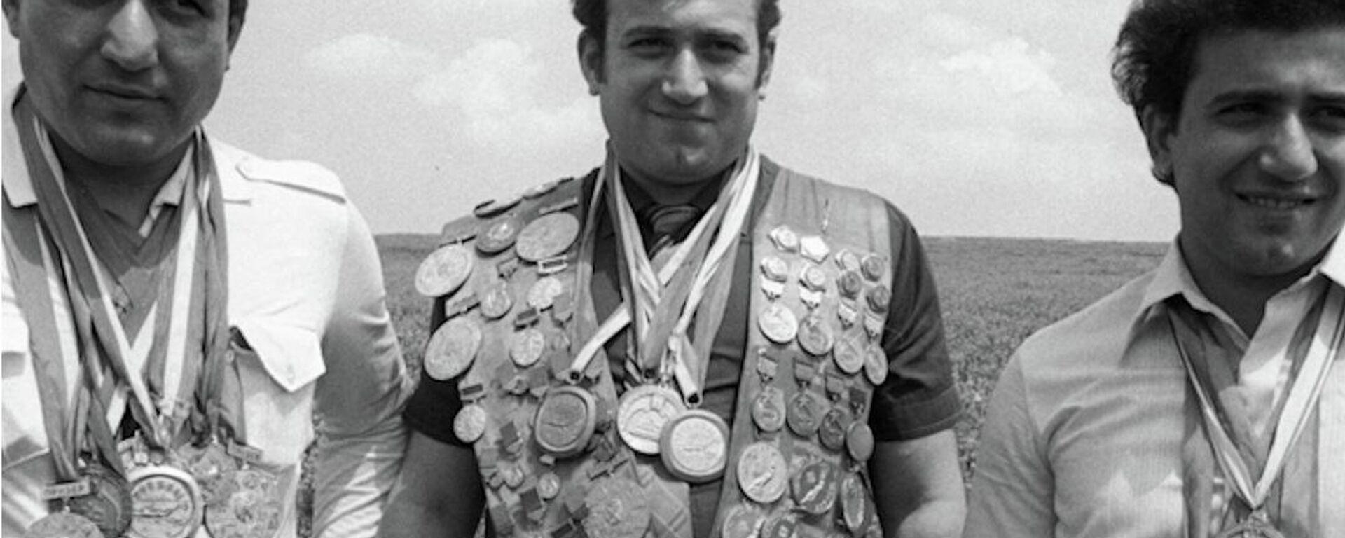 Το απίστευτο κατόρθωμα του πρωταθλητή κολύμβησης που έσωσε 20 επιβάτες τρόλεϊ από βέβαιο πνιγμό  - Sputnik Ελλάδα, 1920, 12.10.2021