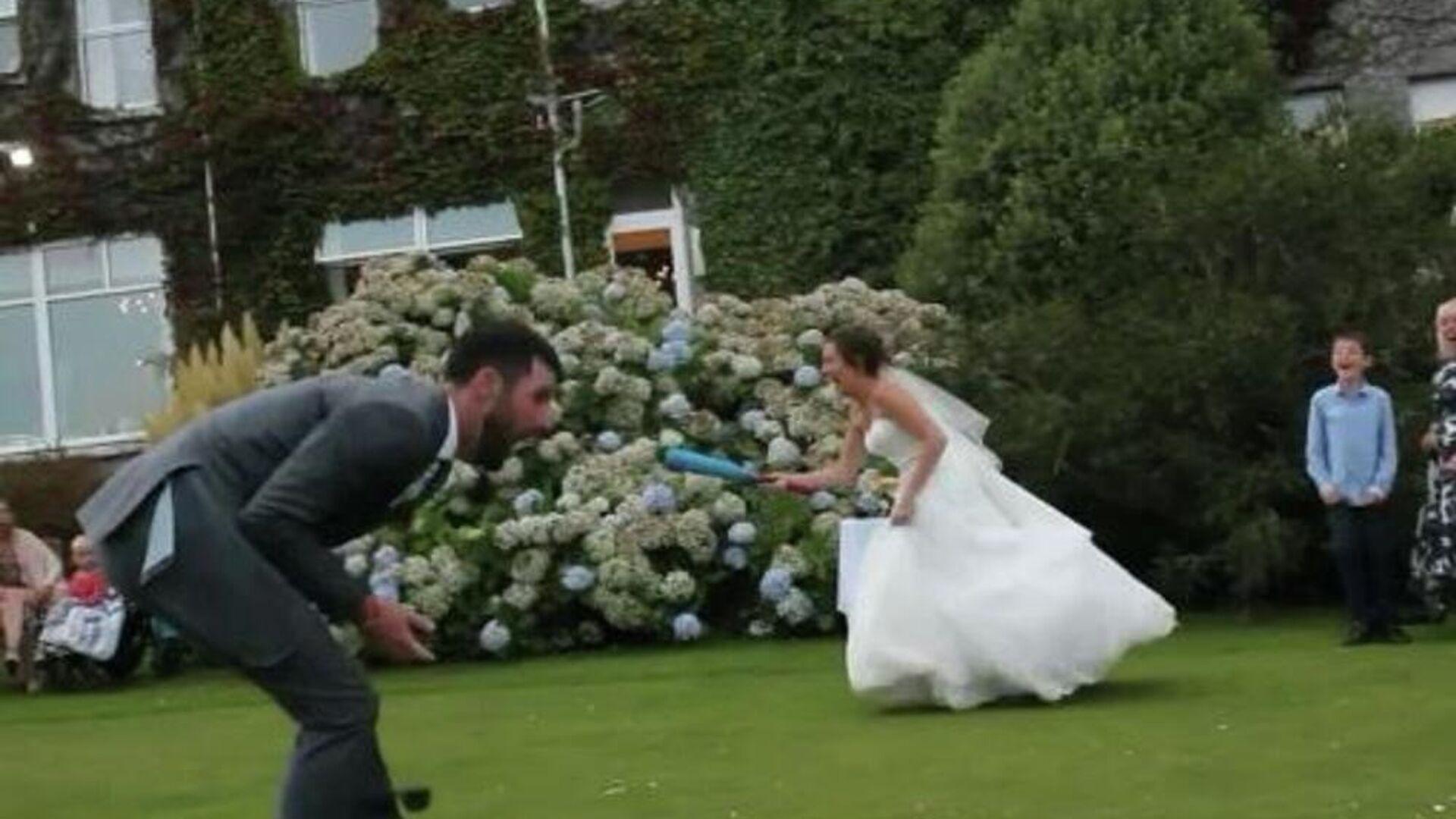 Η επώδυνη στιγμή που νύφη χτυπά τον γαμπρό στο ευαίσθητο σημείο - Sputnik Ελλάδα, 1920, 13.10.2021