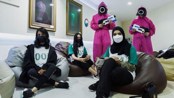 Участники «Игры в кальмара» в Корейском культурном центре в Абу-Даби, ОАЭ - Sputnik Ελλάδα