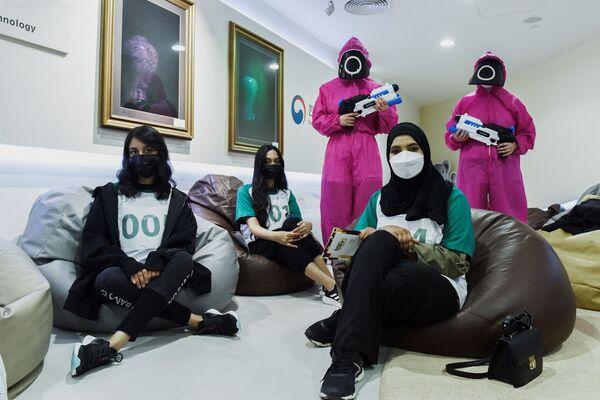 Παίκτες ποζάρουν για μία φωτογραφία καθώς επιλέχθηκαν να παίξουν το «Squid Game» στην πραγματική ζωή, στο Πολιτιστικό Κέντρο της Κορέας στο Άμπου Ντάμπι στα Ηνωμένα Αραβικά Εμιράτα.  - Sputnik Ελλάδα