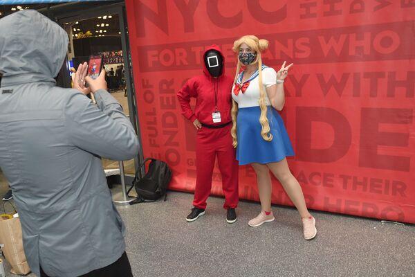Παίκτε ντυμένοι με τις στολές του Squid Game και του Sailor Moon, κατά τη διάρκεια του New York Comic Con 2021, στο Τζέηκομπ Τζάβιτς της Νέας Υόρκης, στις 9 Οκτωβρίου.  - Sputnik Ελλάδα