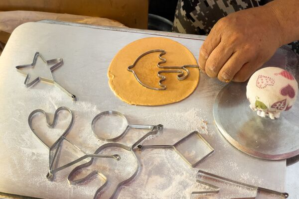 Σε αυτήν την φωτογραφία που τραβήχτηκε στην Σεούλ, ένας πωλητής στο δρόμο, δημιουργεί το σχήμα ομπρέλας σε ένα «νταλγκόνα», το τραγανό ζαχαρωτό μπισκότο της σειράς Squid Game, για το οποίο ο Λιμ Τσανγκ-γιοΐς και η σύζυγός του Γιουνγκ γιουνγκ σουν, προσελήφθησαν για να τα ετοιμάσουν κατά τη διάρκεια της παραγωγής. Ο Κορεάτης που παρασκευάζει το συγκεκριμένο γλύκισμα «έκανε την τύχη του» λόγω της παγκόσμιας επιτυχίας της σειράς. - Sputnik Ελλάδα