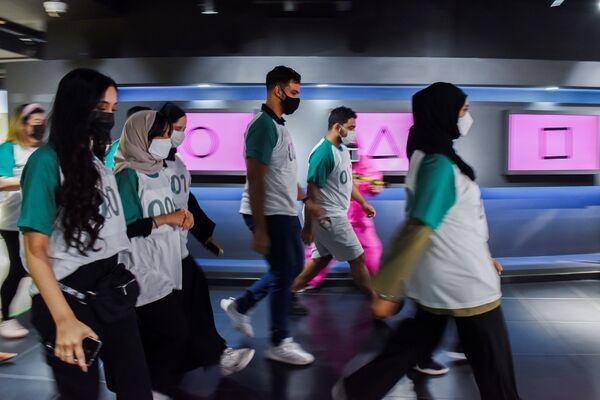 Παίκτες περπατούν κατά τη διάρκεια εκδήλωσης για το Squid Game στο Πολιτιστικό Κέντρο της Κορέας στο Άμπου Ντάμπι των Ηνωμένων Αραβικών Εμιράτων. - Sputnik Ελλάδα