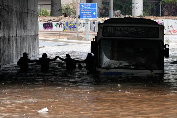 Ακινητοποιημένο λεωφορείο... υποβρύχιο στην Ποσειδώνος  - Sputnik Ελλάδα