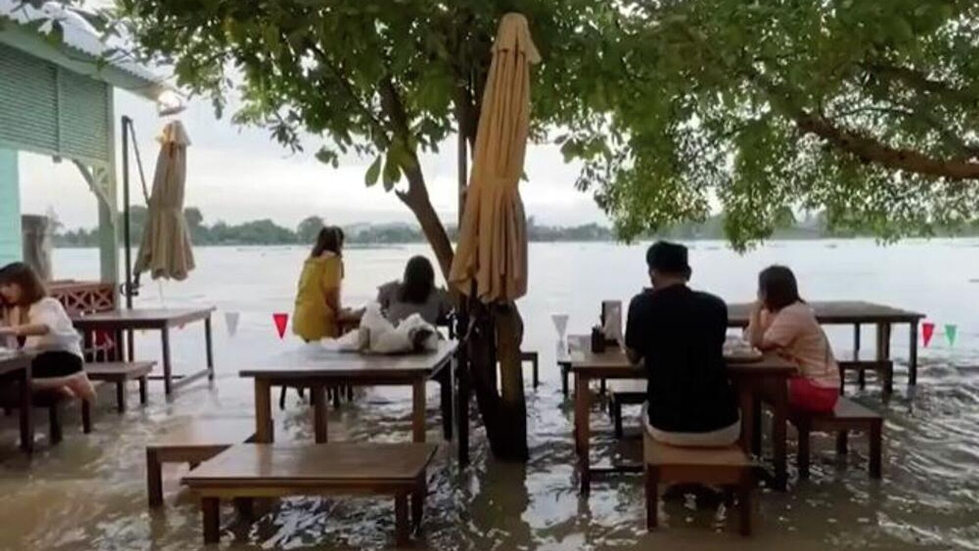Πελάτες σε ταβέρνα στην Ταϊλάνδη συνεχίζουν να τρώνε παρά την πλημμύρα - Sputnik Ελλάδα, 1920, 14.10.2021