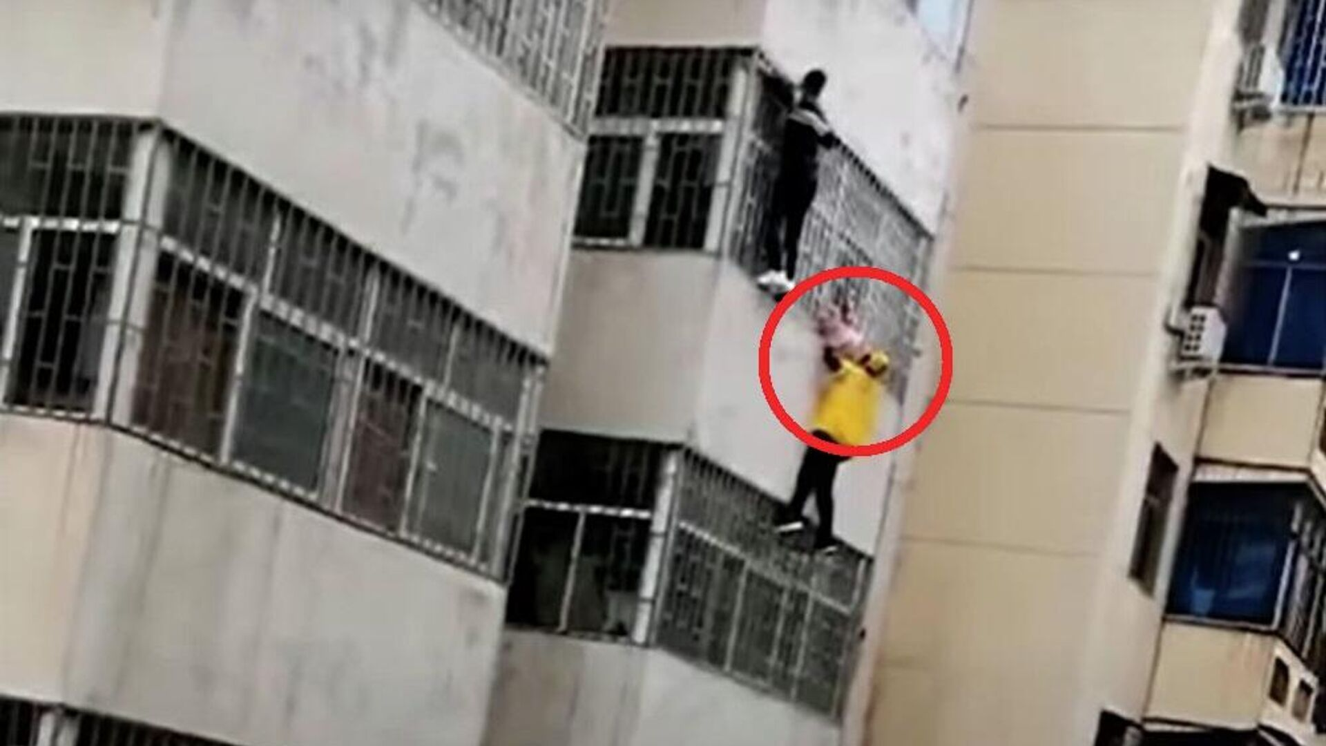 Ντελιβεράς σώζει κοριτσάκι που κρέμεται από τον τρίτο όροφο στην Κίνα - Sputnik Ελλάδα, 1920, 14.10.2021