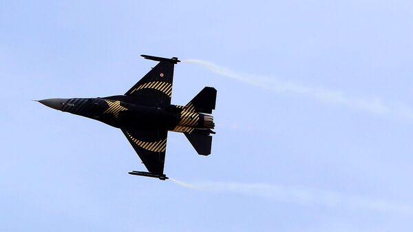 Τουρκικό F-16 εκτελεί επίδειξη - Sputnik Ελλάδα