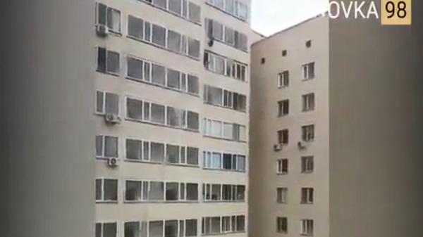 Άνδρας σώζει παιδί που πέφτει από το παράθυρο σε πολυκατοικία στο Καζακστάν - Sputnik Ελλάδα