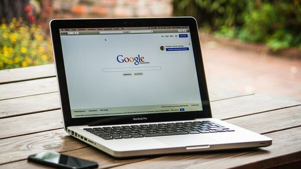 Το λογότυπο της Google σε οθόνη υπολογιστή Apple MacBook - Sputnik Ελλάδα
