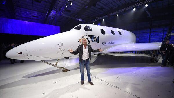 Ο Ρίτσαρντ Μπράνσον μπροστά από το σκάφος SpaceShipTwo της Virgin Galactic - Sputnik Ελλάδα