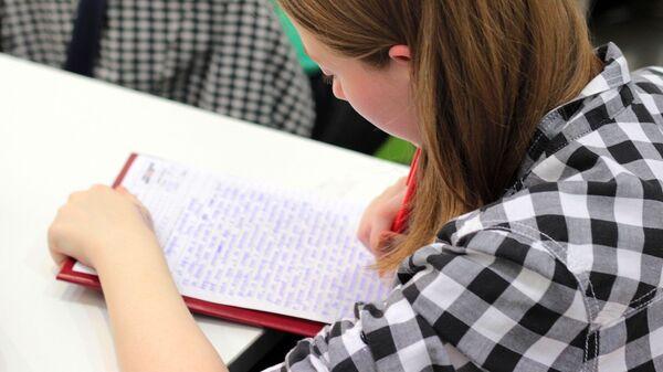 Μαθήτρια γράφει κείμενο - Sputnik Ελλάδα