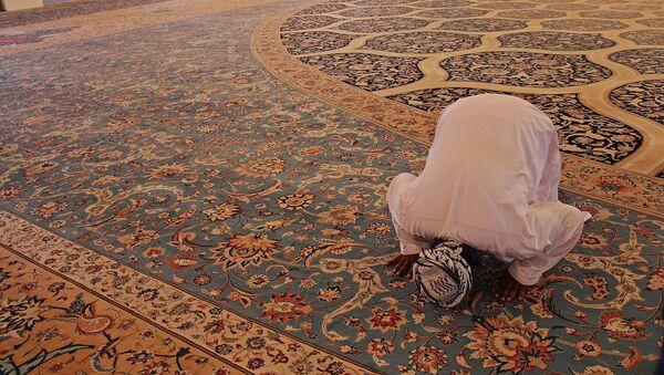 Μουσουλμάνος προσκυνά σε τζαμί - Sputnik Ελλάδα