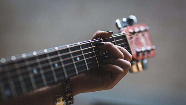 Γυναίκα παίζει κιθάρα - Sputnik Ελλάδα