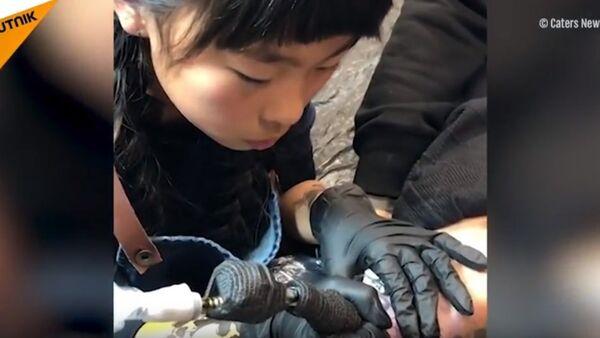 Μια μετρ των τατουάζ που δεν έχει κλείσει ακόμα τα 10 - Sputnik Ελλάδα