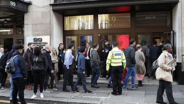Αστυνομικοί στην είσοδο του κτιρίου της Sony στο Λονδίνο όπου τραυματίστηκαν δυο άτομα από επίθεση με μαχαίρι στις 2 Νοεμβρίου 2018 - Sputnik Ελλάδα