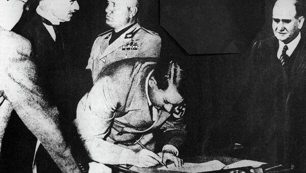 Ο Χίτλερ υπογράφει τη Συμφωνία του Μονάχου του 1938 - Sputnik Ελλάδα