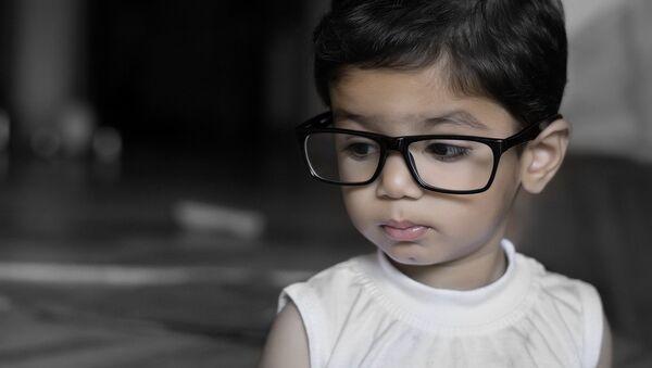 Παιδάκι με γυαλιά - Sputnik Ελλάδα