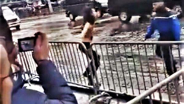 Ακτιβίστρια επιχειρεί να πλησιάσει γυμνόστηθη την αυτοκινητοπομπή του Ντόναλντ Τραμπ στο Παρίσι - Sputnik Ελλάδα