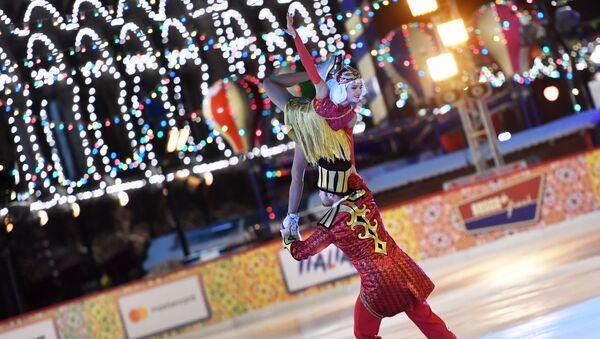 Χορευτές καλλιτεχνικού πατινάζ στα εγκαίνια του παγοδρομίου GUM στη Μόσχα - Sputnik Ελλάδα